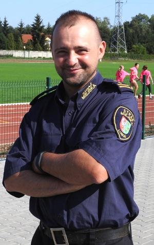 zdjęcie przedstawia Komendanta Straży Miejskiej Miasta Luboń Łukasza Kołcz