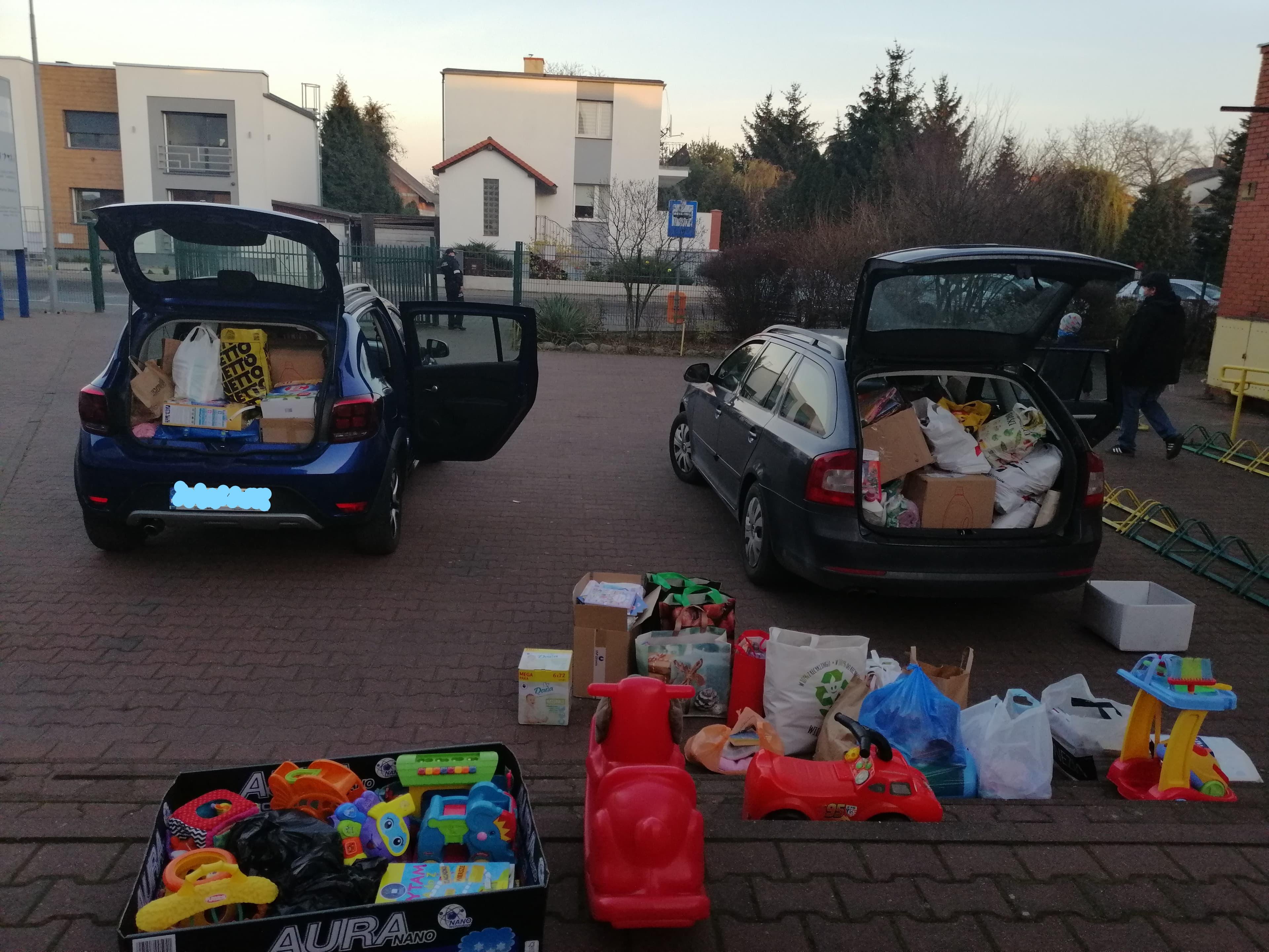 Zdjęcie przestawia zebrane przedmioty podczas pakowania do samochodów przed odwiezieniem do Hospicjum Domowego