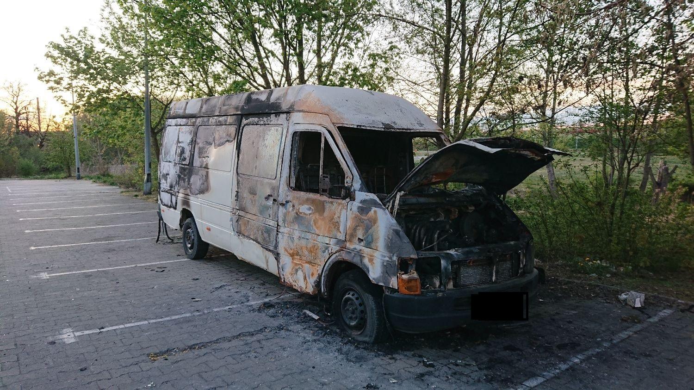 Zdjęcie przedstawia wrak spalonego pojazdu