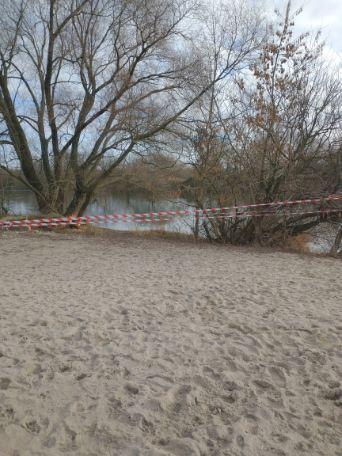 Zdjęcie przedstawia teren plaży miejskiej zabezpieczony taśmą ostrzegawczą