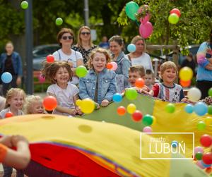 Zdjęcie przedstawia osoby biorące udział w festynie z okazji Dnia Dziecka