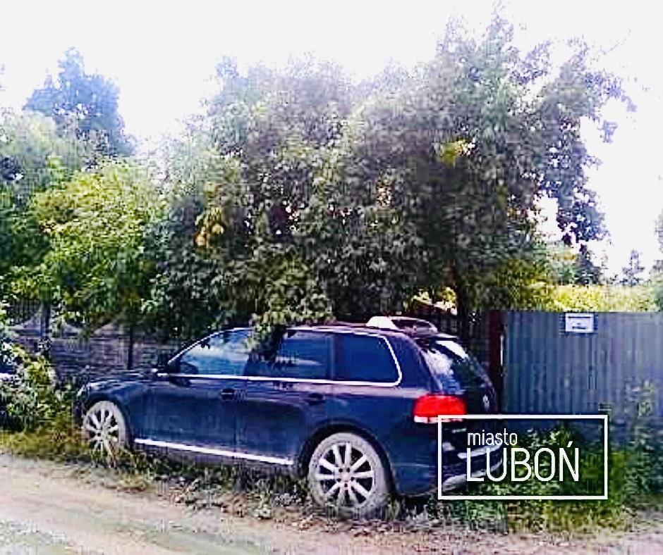 Zdjęcie przedstawia wrak samochodu